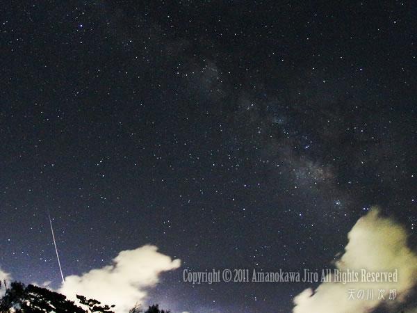 ペルセウス流星群の流れ星と天の川