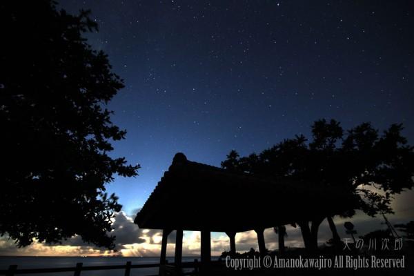 月の天使のカーテンと星空
