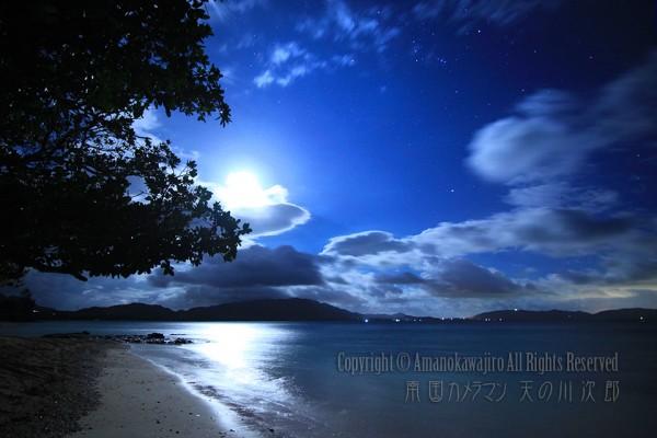 月とビーチとオリオン座