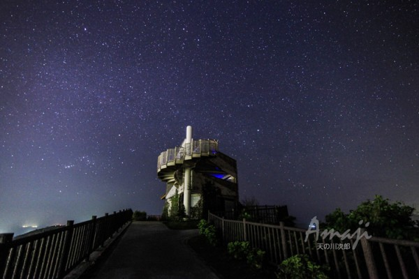 石垣島のエメラルドの海を見る展望台とオリオン座